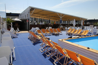 Eventboden mit Schiffsdeck in der Long Island Summer Lounge